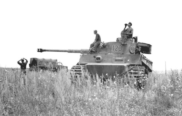 """Γερμανοί στρατιώτες πάνω στο Panzer Mk VI """"Tiger"""" με αριθμό πύργου 123."""