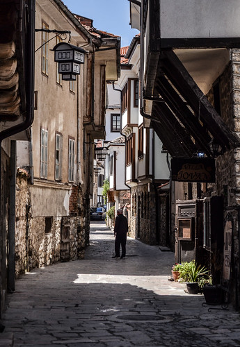 охрид ohrid city downtown historic architecture heritage fyrom macedonia македонија old houses street light sunlight bright sunny day sunshine people daily life wandering traveling travelling traveler travel ottoman building buildings perspective angle composition europe balkan world nikon nikond3100 d3100 ancient
