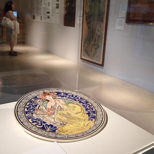 ミュシャが売れっ子デザイナーだった頃の作品を中心に。