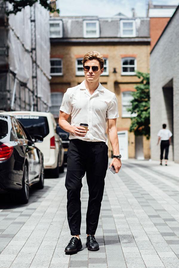 白半袖開衿シャツ×黒パンツ×黒ダービーシューズ