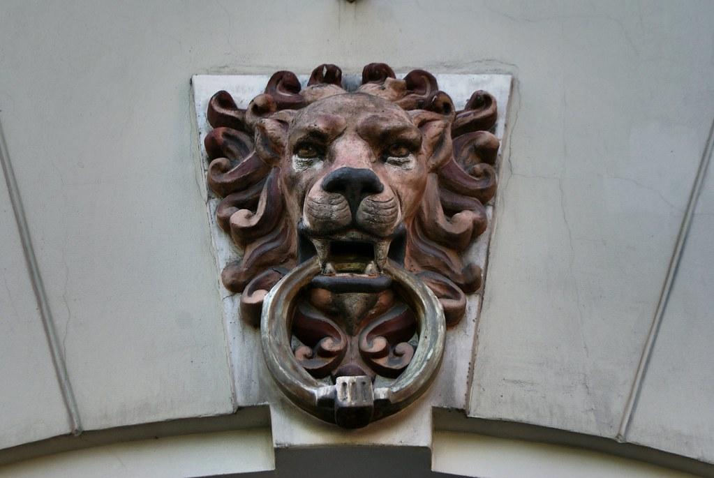 Médaillon représentant un lion dans le style art nouveau au dessus d'une porte dans le quartier de Centrs à Riga.