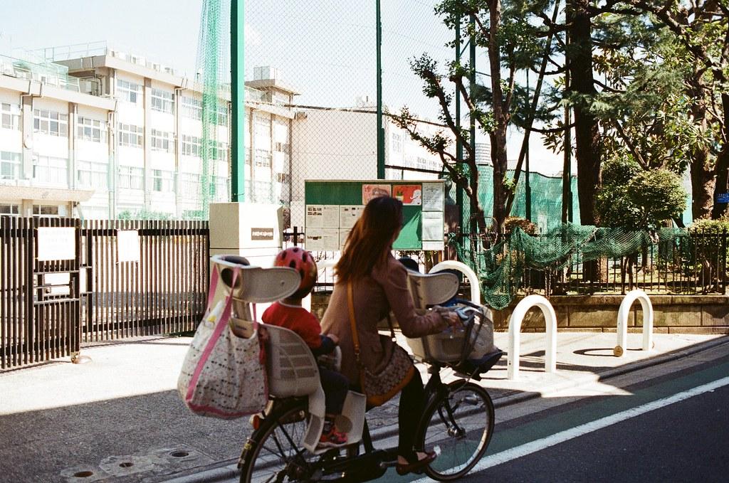 東京都荒川區東尾久 Arakawa-ku, Tokyo / Kodak ColorPlus / Nikon FM2 畫面中要有人,要不然看我的作品會很孤單。  但畫面中的人如果和我一樣孤單呢?  Nikon FM2 Nikon AI AF Nikkor 35mm F/2D Kodak ColorPlus ISO200 1003-0006 2015-10-07 Photo by Toomore