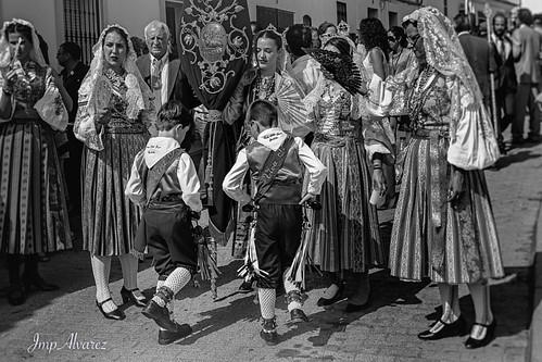 Mujeres vestidas con el traje Jueves de Comadre que se llama así porque solía usarse en ese día, que es el jueves siguiente al miércoles de ceniza. \nCascabelero Infantil #alosno #sanjuan #cascabeles #tradicion #dance