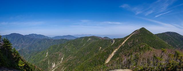 木賊山を越えると大展望が開け、目指す甲武信ヶ岳が目前に迫る