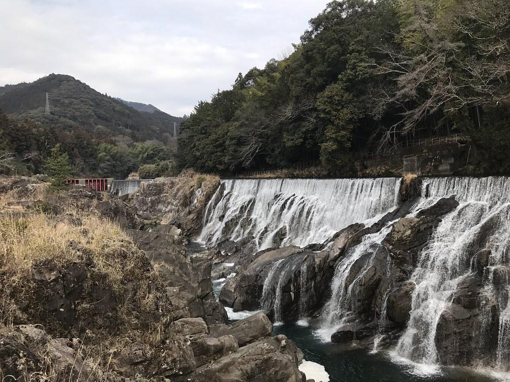 人工的に造られたらしい滝