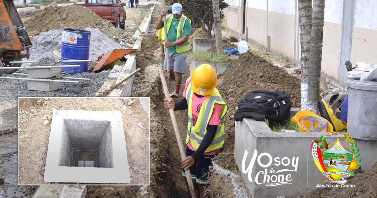 Alcaldía de Chone construye cajetines en la calle 24 de Mayo