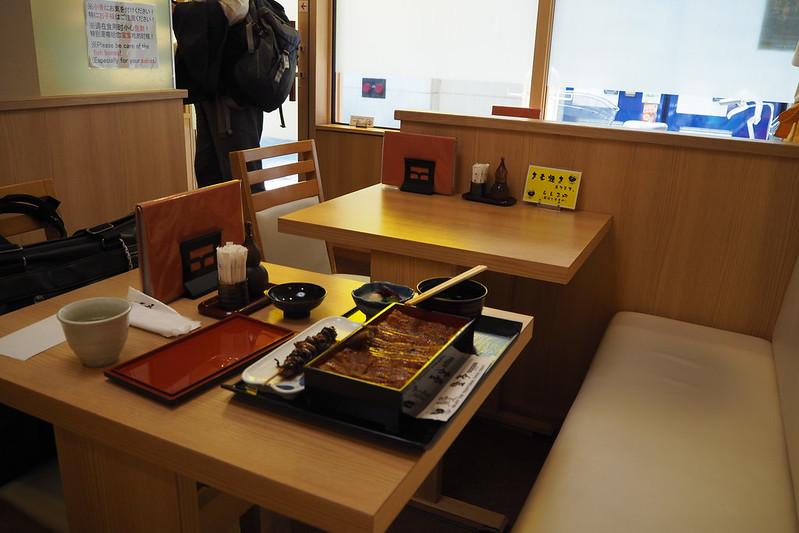 銀座登亭店内テーブル席