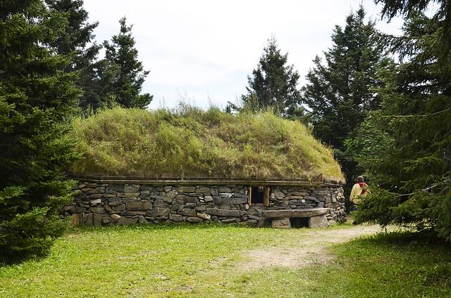 Maison Écossaise avec un revêtement d'un toit vert à la Feste Médiévale à ST-Marcellin.