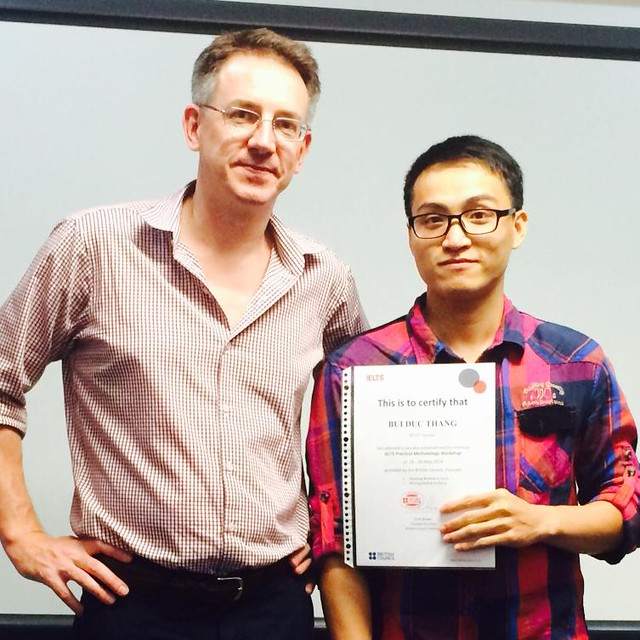 Ảnh nhận chứng chỉ dạy học tiếng Anh tại Hội Đồng Anh