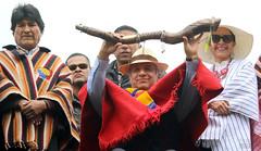 05/25/2017 - 12:04 - Cochasquí, Quito, jueves 25 de mayo del 2017 (Andes).-El presidente de la república Lenin Moreno recibió el Bastón de Mando de parte de representantes de pueblos y nacionalidades indígenas. Foto:Andes/César Muñoz
