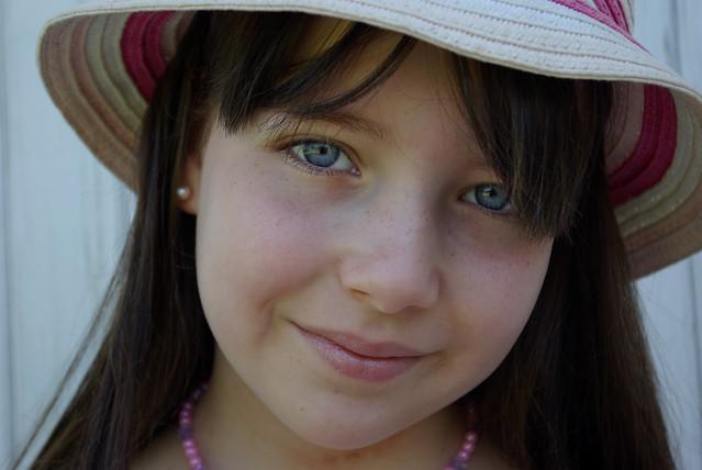 Petite princesse avec un chapeau.