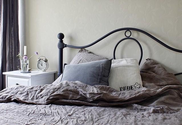 zwart bed linnen beddengoed nachtkastje