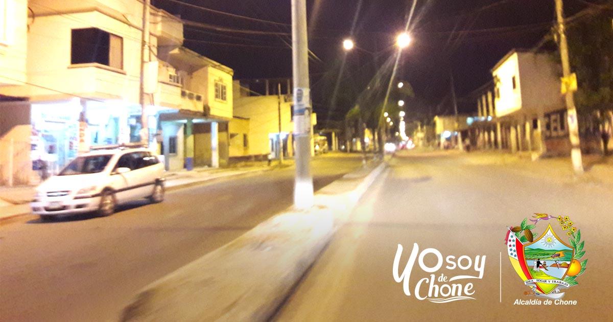 CNEL Manabí cambia luminarias en la avenida Carlos Alberto Aray