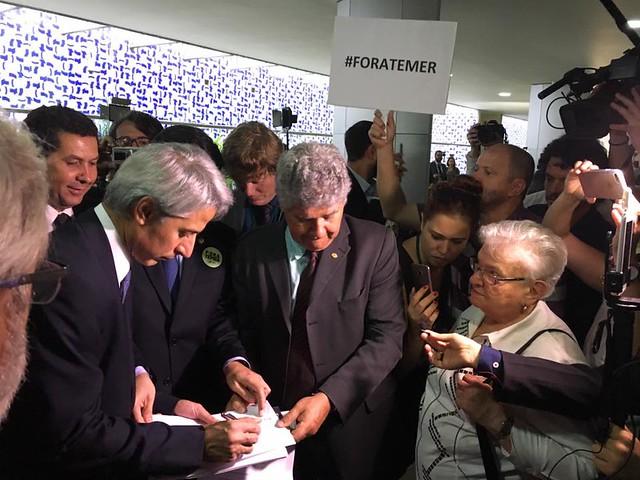 """""""Ao não renunciar, Temer aprofunda crise"""", diz oposição"""
