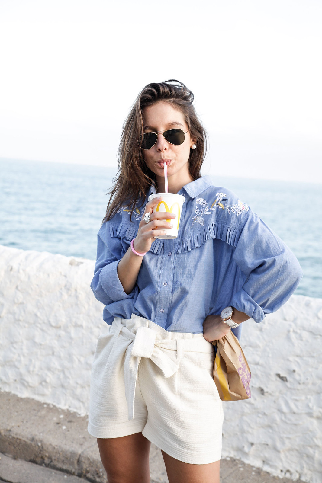 02_camisa_flecos_azul_mysundaymorning_fringed_shirt_fringed_theguestgirl_influencer_inspo_outft_summer_laura_santolaria_public_desire_denim_shoes_mc_donalds