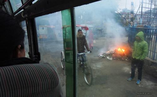 autobus butwal feu gareroutière nepal personnes rickshaw