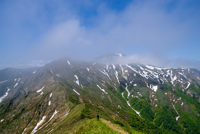 ガスが払われて、、エビス大黒と仙ノ倉山を眺めながら毛渡乗越へ下る