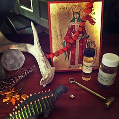 A corner of @starandsnake I adore how stories write themselves from a collection of objects. * * * #modernwitch #witchlife #artchurch #artistlife #artismagic #starandsnake #personalmythology #altar #beauty #afewofmyfavoritethings #klenoresiner #stcatherin