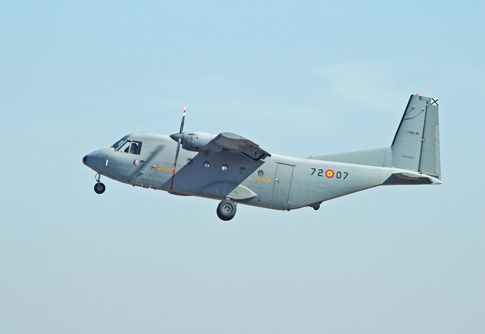 Dos aviones Casa C-212 -Aviocar- (T-12) en servicio para el lanzamiento de Paracadistas