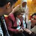 La Premio Nobel de la Paz, Mairead Maguirre, junto a otras mujeres del Zaytouna-Oliva durante la conferencia