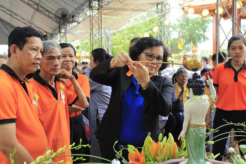 Bà Mai Thị Dung - Nguyên Phó Chủ Tịch tỉnh Bình Dương tắm Phật