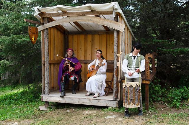 Troubadours jouant de leurs instruments à la Feste Médiévale à St-Marcellin.