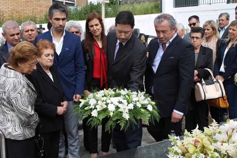 Nuno Sá depondo uma coroa de flores no túmulo de António Vinhas2