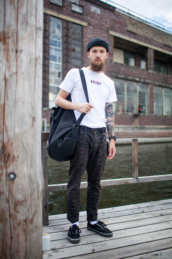 黒ワッチキャップ×白Tシャツ×グレーゼブラ柄パンツ×黒キャンバススニーカー