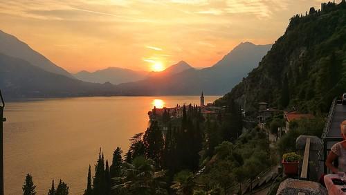 Il bellissimo tramonto sul lago a Varenna.