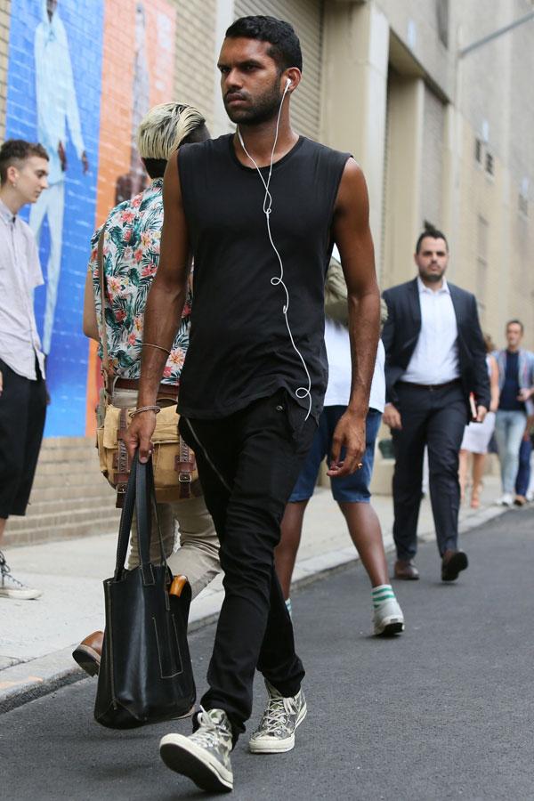 黒ノースリーブTシャツ×黒パンツ×オールスターグレー