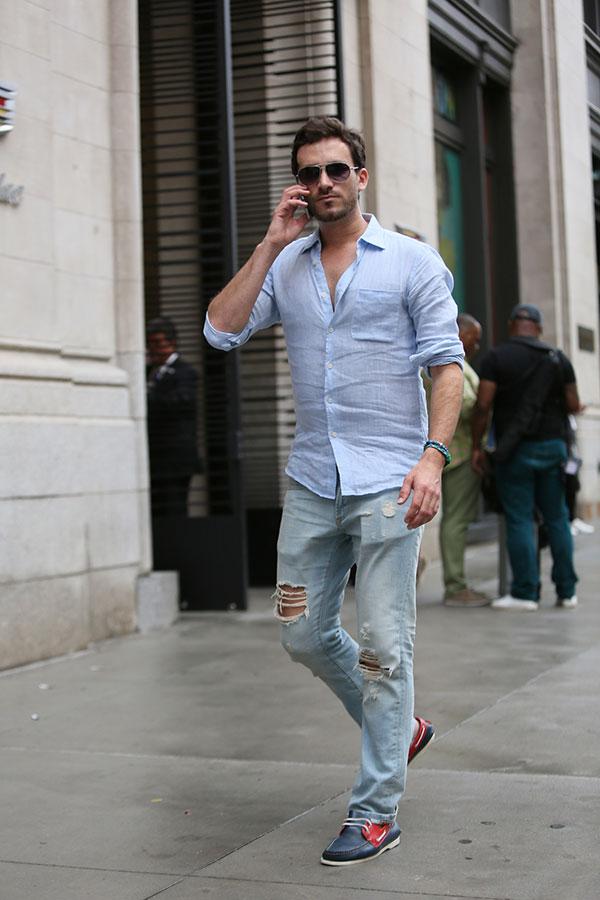 ライトブルーリネンシャツ×ダメージジーンズ×紺赤コンビデッキシューズ