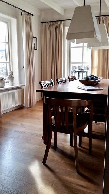 Eetkamer tafel met stoelen