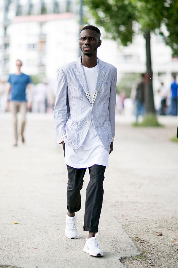 シアサッカージャケット×白ロング丈Tシャツ×グレースラックス×adidasエナジークラウド白