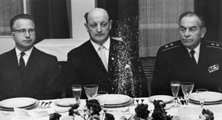 Ordfører Odd Sagør med Sovjetunionens ambassadør Lunikov og viseadmiral Lobov