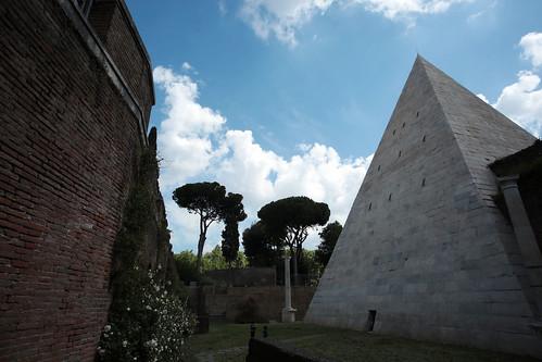 Piramide Cestia: l'area esterna