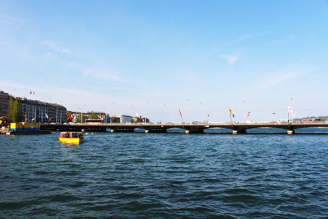 bateau jaune et lac léman