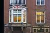 Erker met versiering Fluwelenburgwal by Roel Wijnants