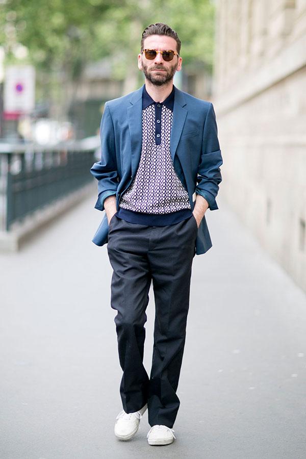 紺テーラードジャケット×紺系ニットポロシャツ×グレースラックス×白スニーカー