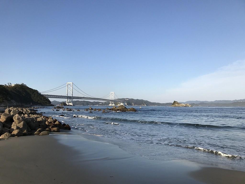 大橋を臨む海岸線