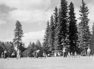 Bowling on the public greens, Prince Albert National Park, Saskatchewan / Du boulingrin sur les gazons publics du parc national de Prince Albert, en Saskatchewan