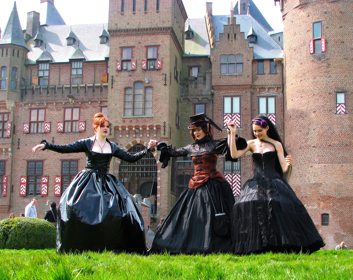 Three participants in the Elf Fantasy Fair at Castle de Haar. Credit Hans Splinter, flickr