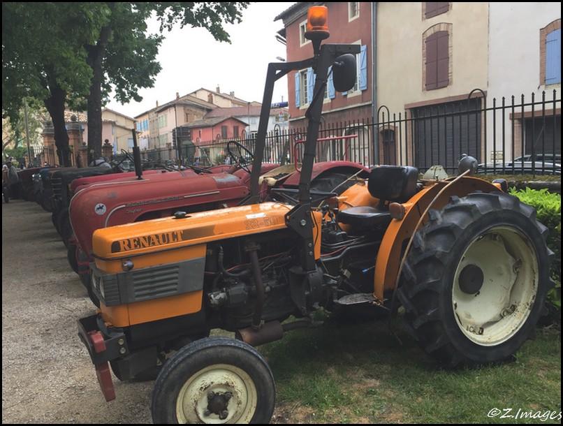 Les vieux tracteurs au parc de Foucaud.