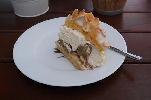 Mein Stück von einer Stachelbeer-Baiser-Torte (im Restaurant Gartenlaube in Marburg)