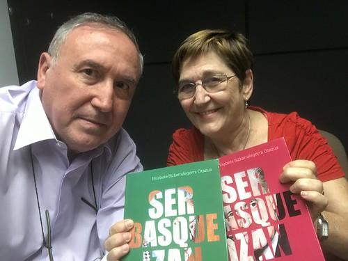 """Con Elisabete Bizkarralegorra Otazua y su libro dedicado """"Ser Basque Izan: La resistencia vasca no violenta en el franquismo (1957-1977)"""""""