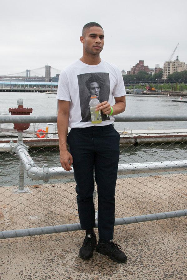 白フォトTシャツ×黒スラックス×Nikeエアハラチ黒