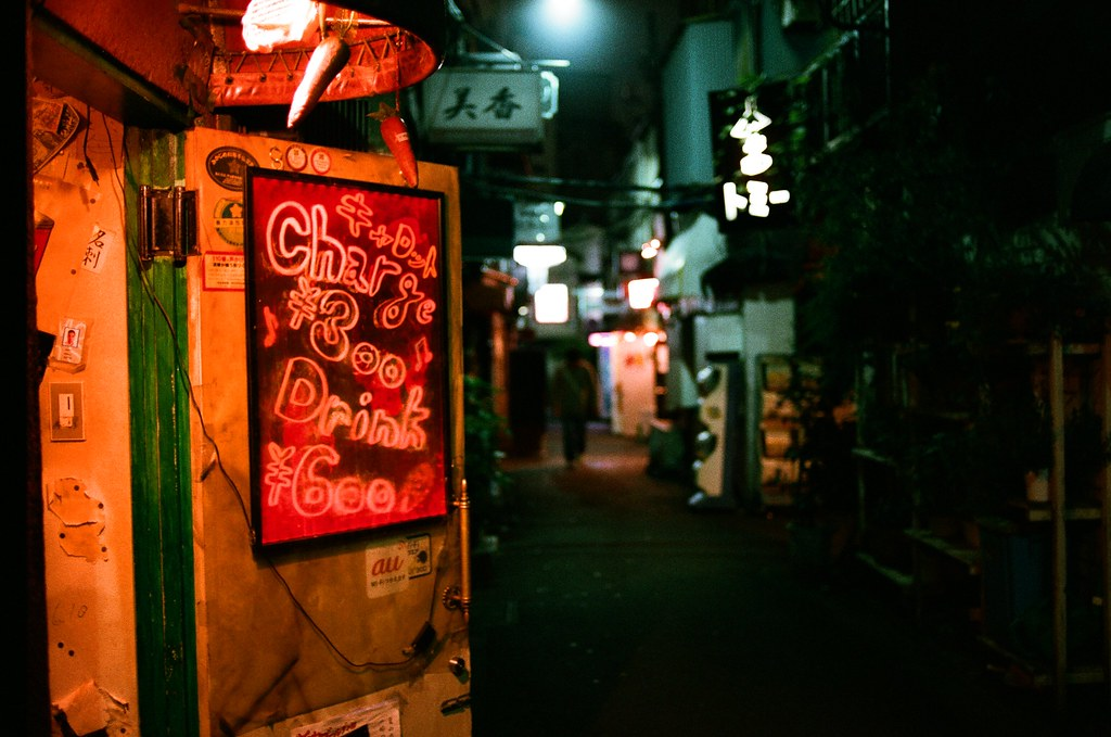 新宿花園一番街 Tokyo, Japan / AGFA VISTAPlus / Nikon FM2 他在這裡拍了很多照片,腦子裡一直想著某一城市介紹的場景,他也想拍出那樣的畫面。  有城市的寫實、不加修飾的寫實或是帶有點逃避與憤世嫉俗的真實。  男孩很努力的想要把街頭攝影拍出自己的特色,他一直很努力著,雖然當時只是想要得到女孩的讚賞。  或許一些日子後,他會明白當初為誰所按下的快門已經不是那麼重要了 ......  Nikon FM2 Nikon AI AF Nikkor 35mm F/2D AGFA VISTAPlus ISO400 1002-0028 2015-10-04 Photo by Toomore