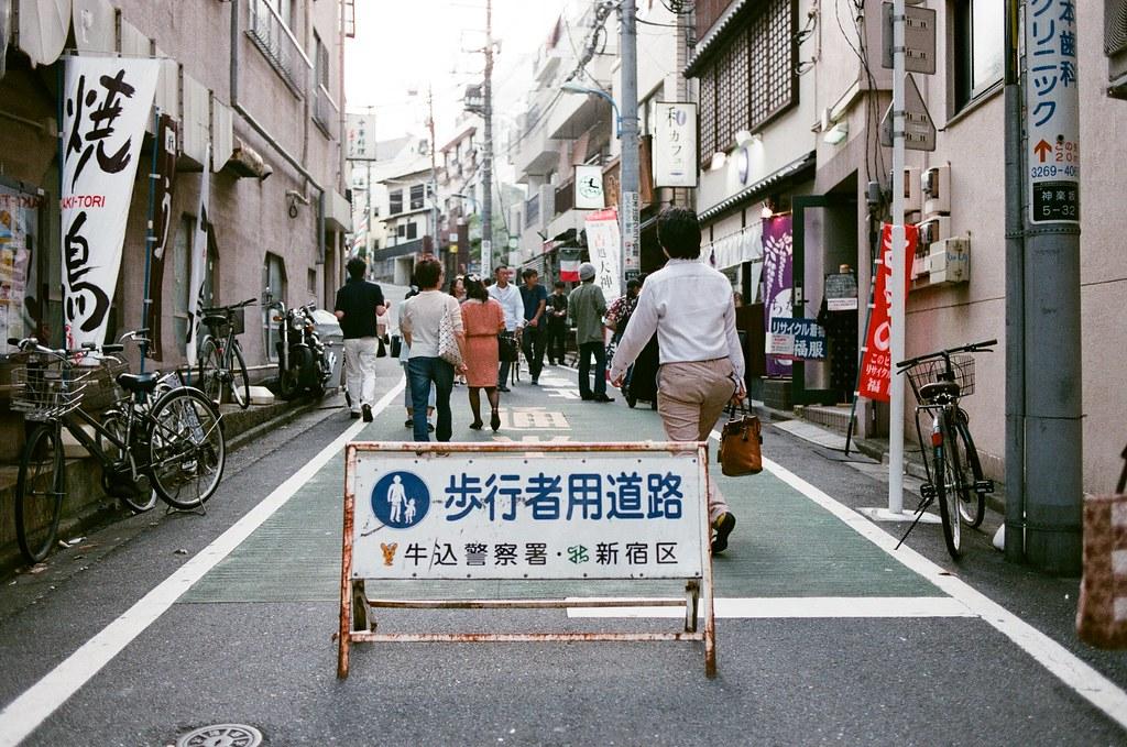 神樂坂 Tokyo, Japan / AGFA VISTAPlus / Nikon FM2 從這個巷子轉入,轉入一個安靜的回憶中。  但後來發現這裡連結到牛込神楽坂駅,所以也滿多人走這條巷子的。  Nikon FM2 Nikon AI AF Nikkor 35mm F/2D AGFA VISTAPlus ISO400 1002-0003 2015-10-04 Photo by Toomore