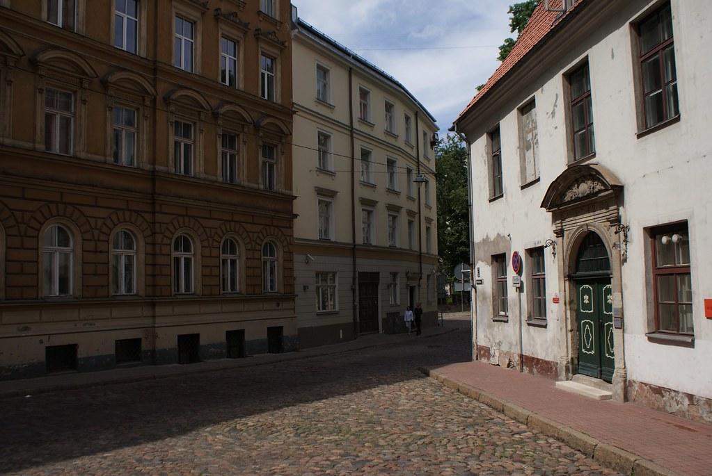 Rues pavées devant le musée d'histoire et de navigation de Riga.