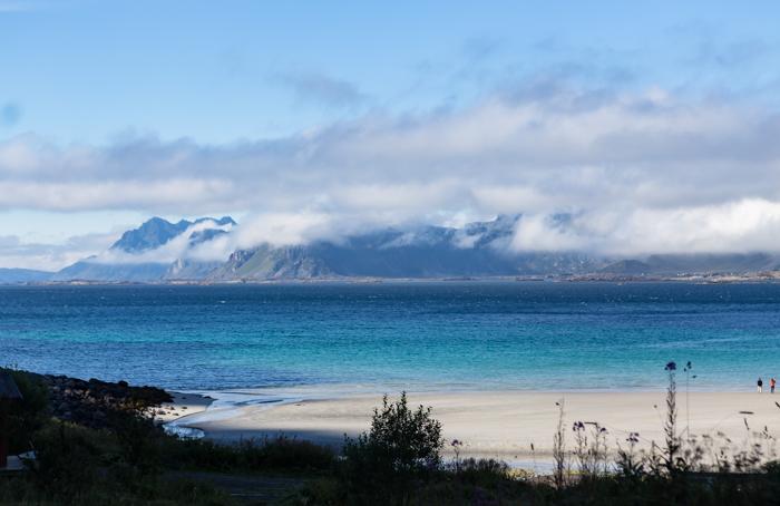 Norja Lofootit Lofoten Pohjois-Norja uimarannat Norjassa hiekkaranta valkoinen hiekka uimaranta vuoret (1 of 1)