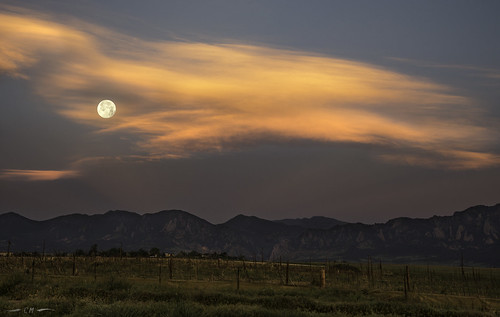 boulder bouldercounty colorado davidsonmesa junefullmoon strawberrymoon cloud clouds crepuscular crepuscularlight dawn fullmoon moon moonset morning morninglight sunrise unitedstates us